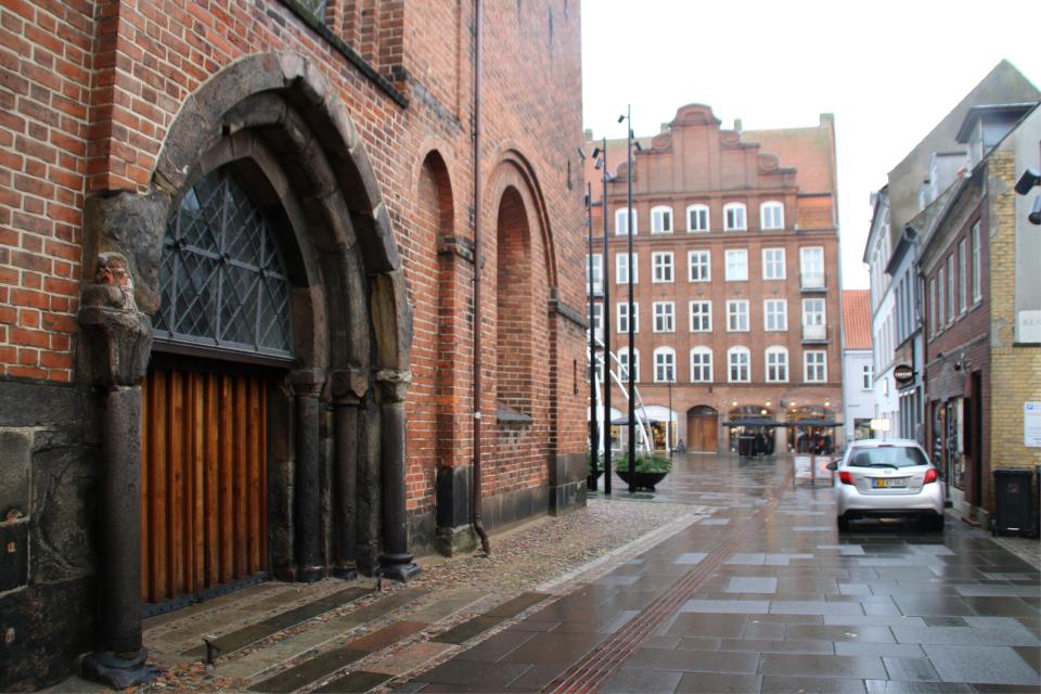 Вид на площадь со стороны церкви Спасителя (дат. Vor Frelsers Kirke)