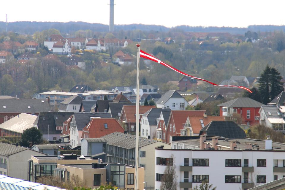 Вымпел на детской площадке. Фото 16 апр. 2019. г. Колдинг, Дания