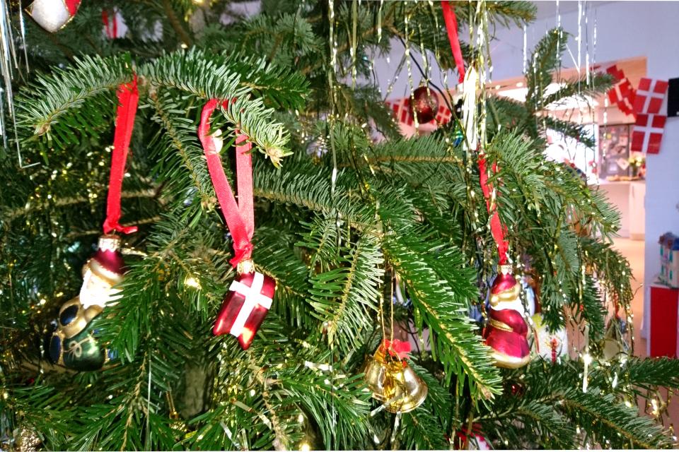 Стеклянный шарик-флажок Даннеброг на рождественской елке