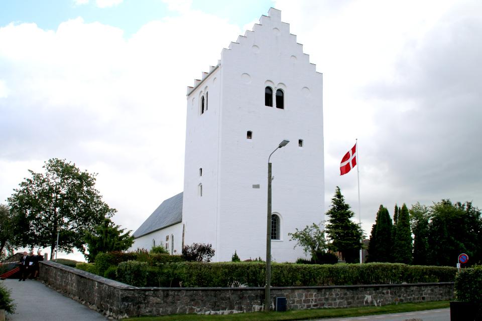 Флаг Дании Даннеброг около церкви во время крещения