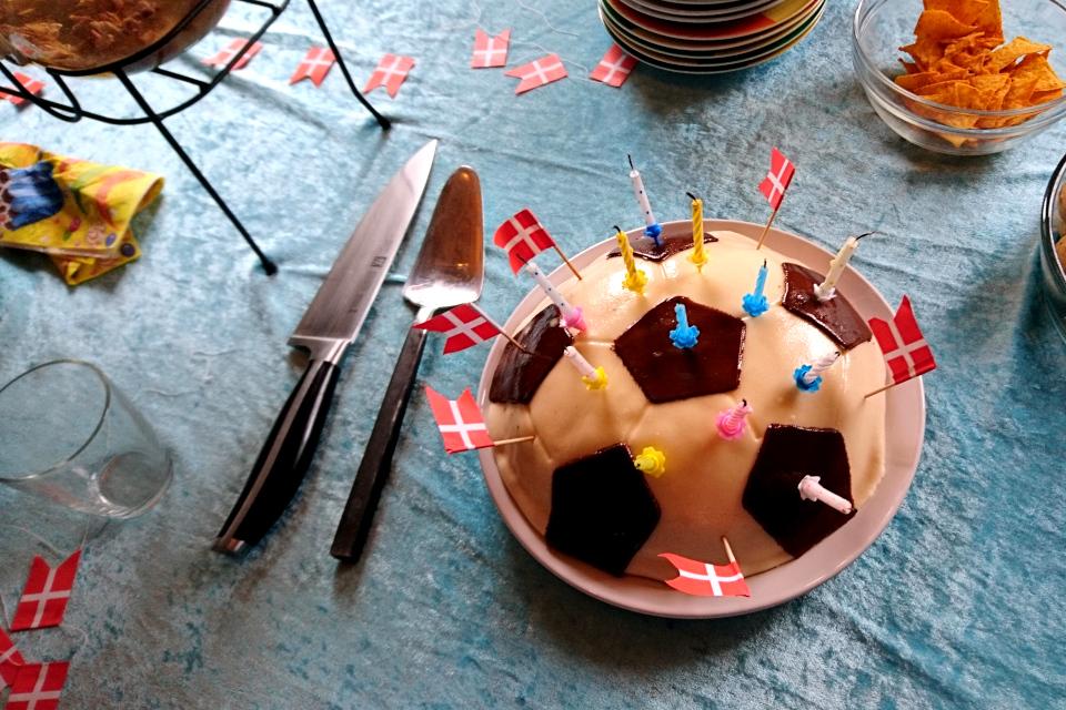 Торт, который я украсила флажками по случаю дня рождения моего сын
