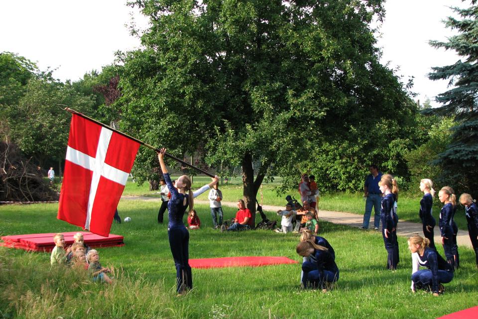 Выступление гимнастов на празднике летнего солнцестояния Sankthans.