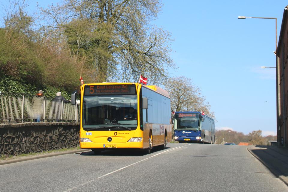 Городской автобус (желтый) и междугородний (синий), украшены флажками