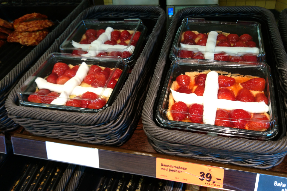 Торт Даннеброг (дат. Dannebrogkage) в кондитерской г. Орхус, Дания