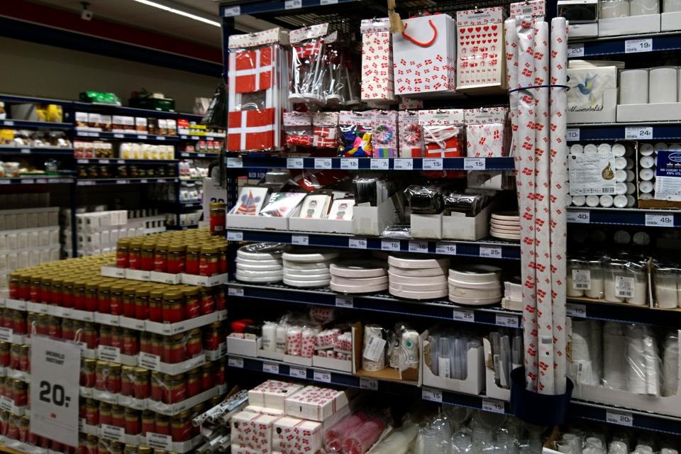 Раздел товаров с датскими флажками в супермаркете Рема / Rema.