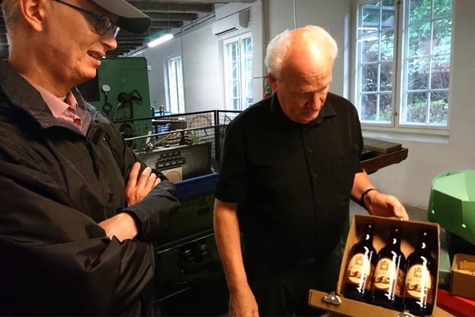 Кристиан Йохансен демонстрирует картонные коробки для упаковки бутылок