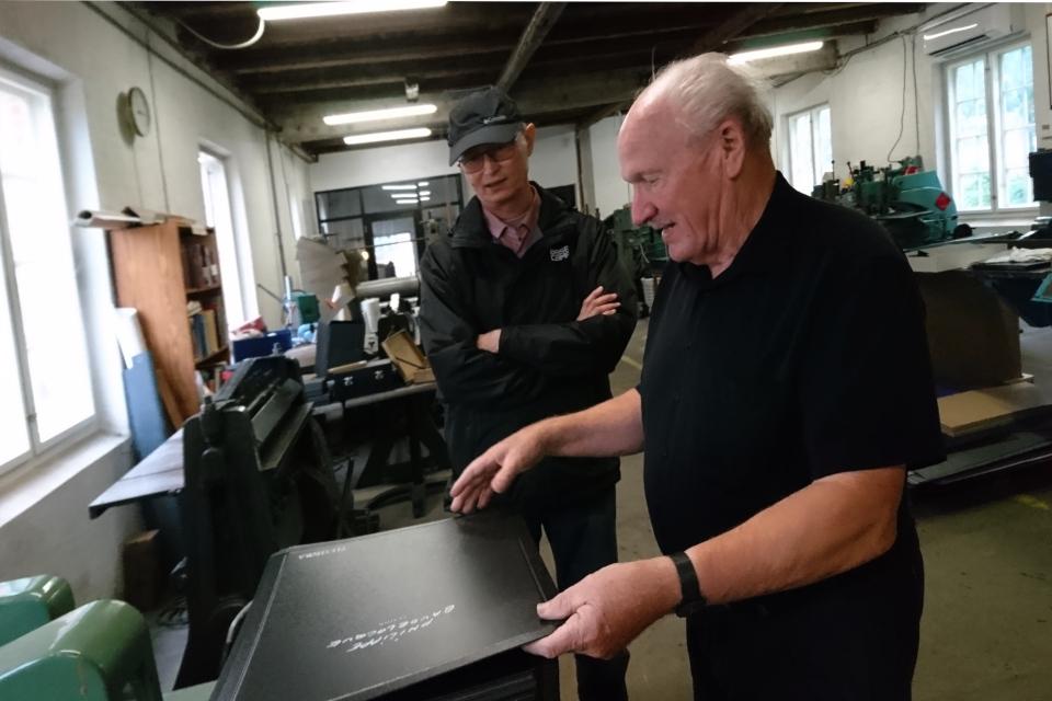 Кристиан Йохансен демонстрирует папки из картона