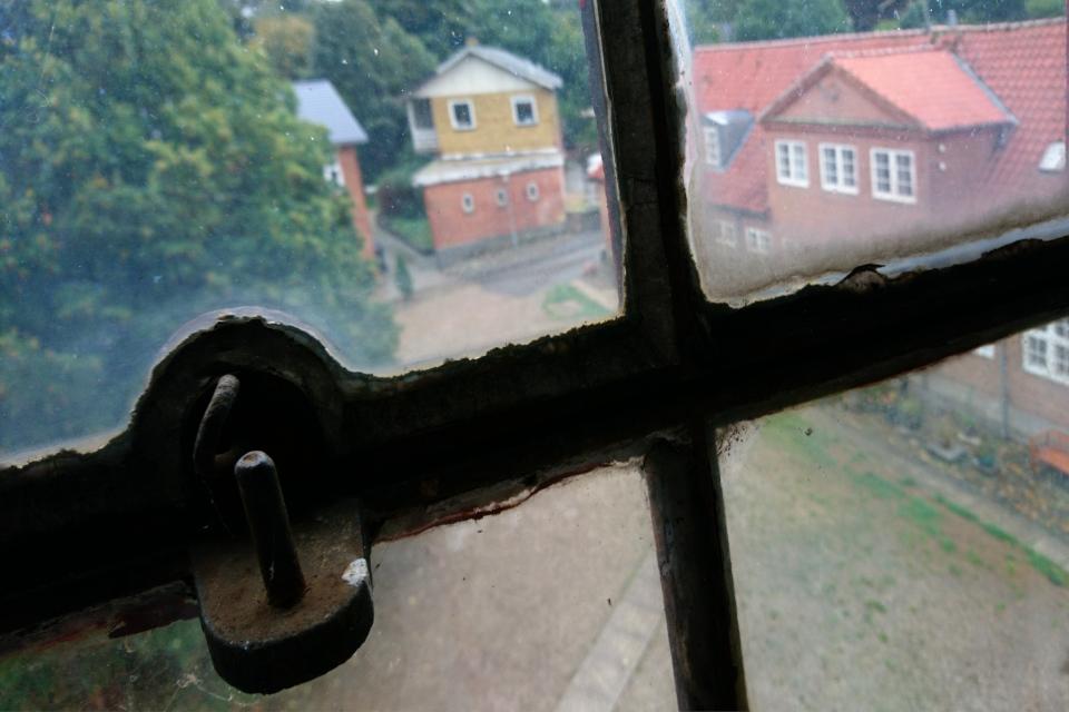 Из окна видны пристройки к фабрике Брунсхоб