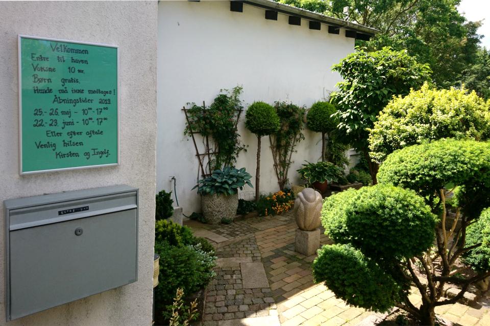 У входа в сад Кирстен и Ингольф