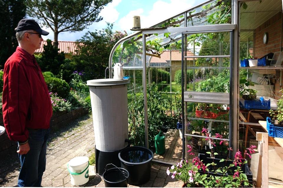 теплица с емкостями для сбора дождевой воды