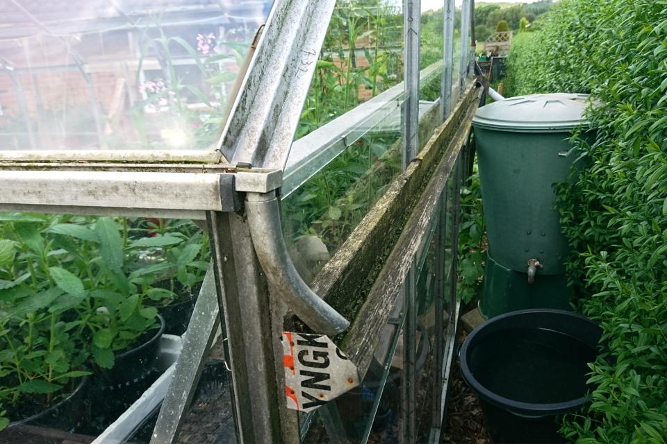 Самодельная конструкция с желобком для отвода дождевой воды с крыши