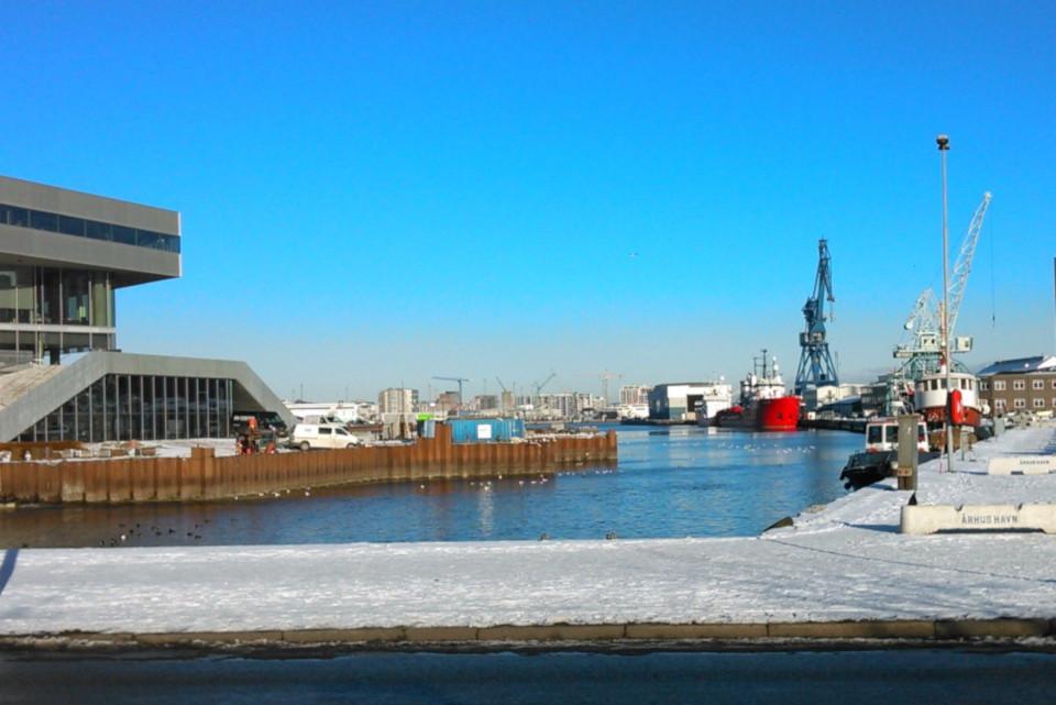 Береговое укрепление (дат. bolværk) возле библиотеки DOKK1 в порту г. Орхус, Дания