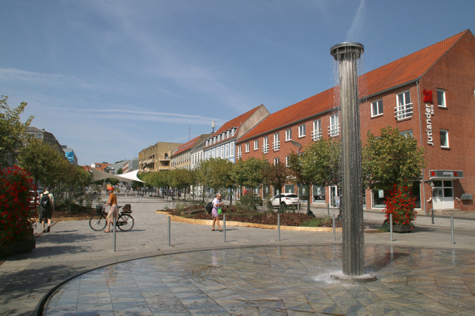 Фонтан посреди зеленого бульвара, Рандерс / Randers, Дания