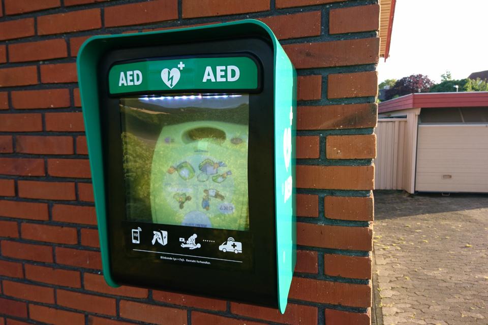 Дефибриллятор для общего пользования на стене моего соседа, Дания