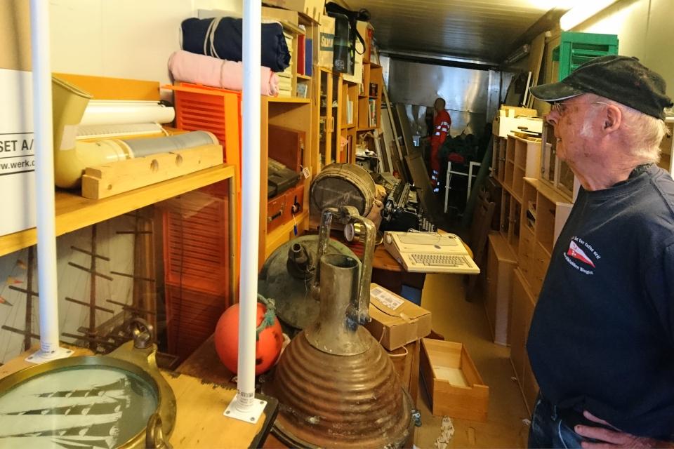 Карл Нёр Сёренсен Karl Nøhr Sørensen в контейнере со складом предметов старины