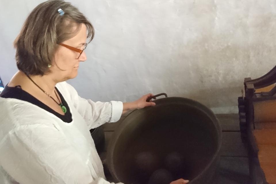процесс измельчения индиго с помощью чугунных шаров