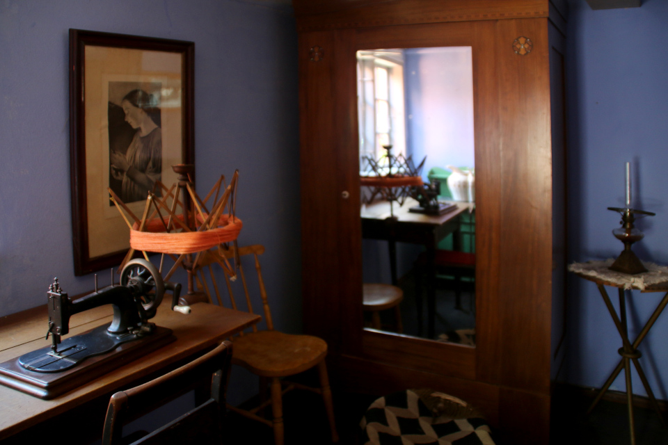 Жилая комната с моталкой для пряжи (на схеме нр. 8)