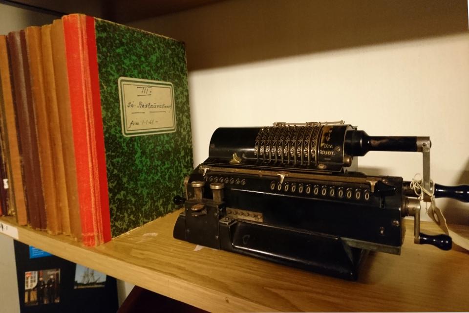 Старая механическая счетная машина Арифмометр, г. Орхус, Дания