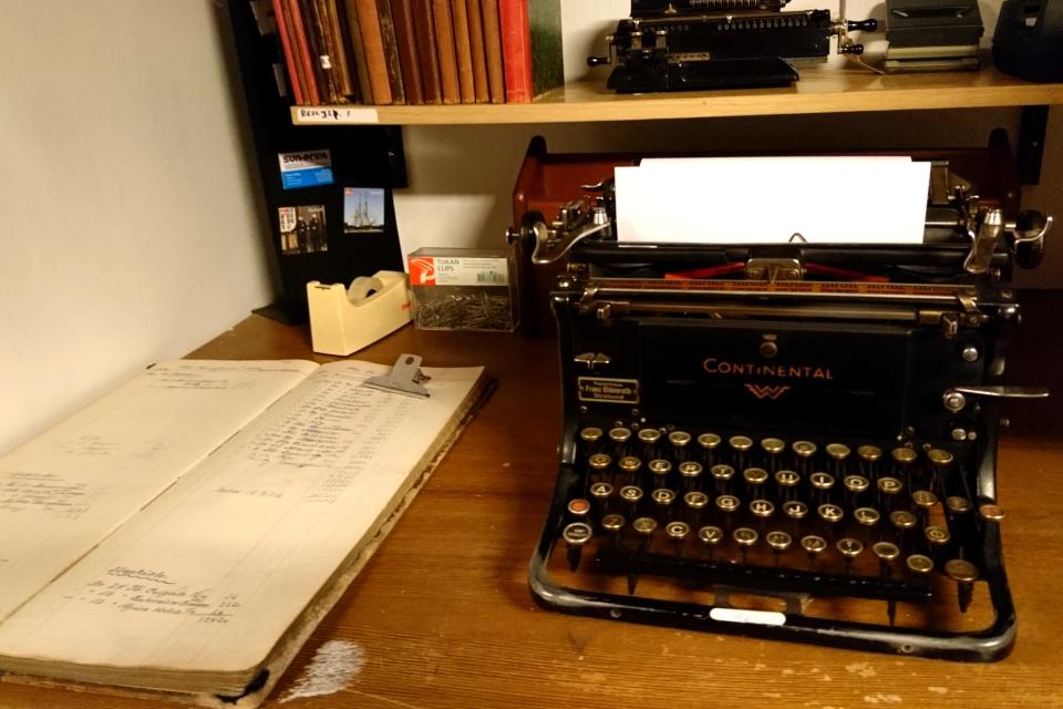 Старая печатная машинка, которую использовали на корабле
