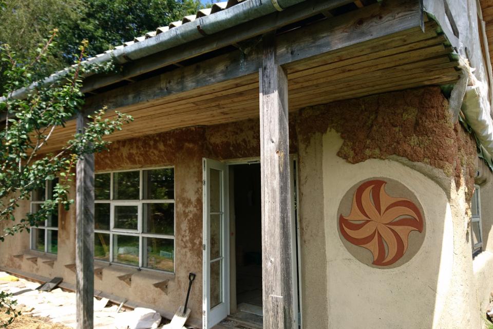 дом, стены которого сделаны из соломенных блоков