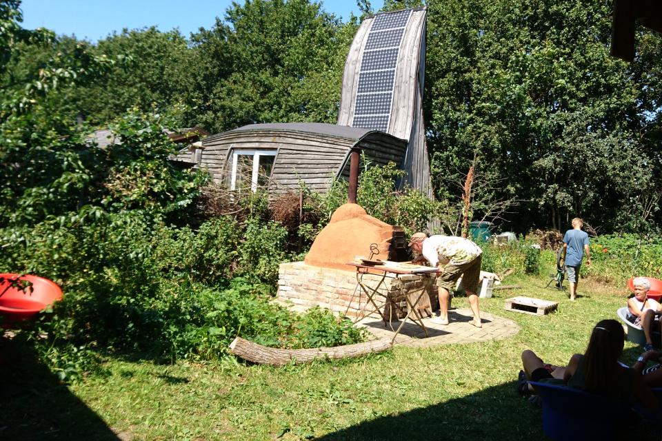 Самодельная печь в саду и деревянный экодом с солнечными батареями, Friland, Дания