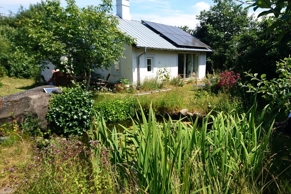 Солнечные батареи на крыше дома и в саду, Фриланд / Friland, Дания
