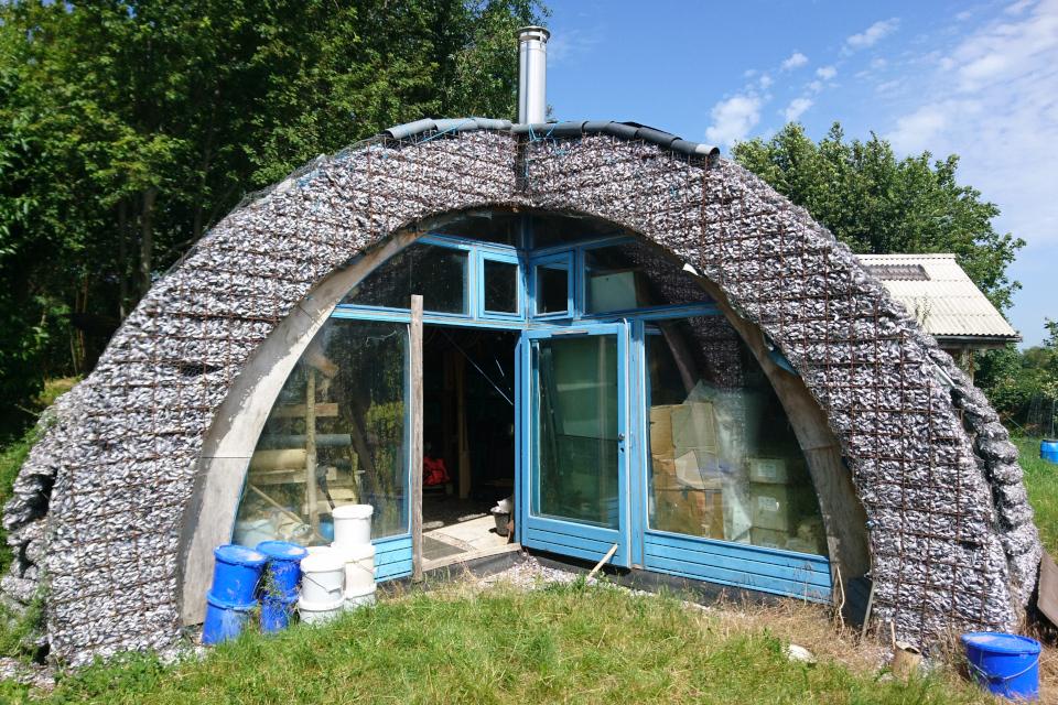 Строится дом с крышей из ракушек мидий
