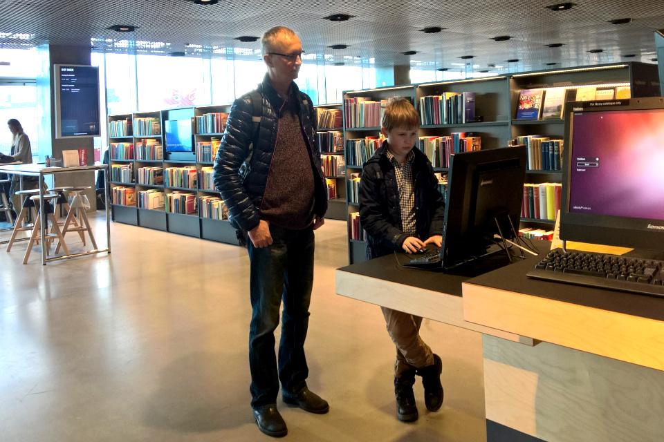 В зале, где расположена библиотека DOKK1. Фото 22 дек. 2016, г. Орхус, Дания