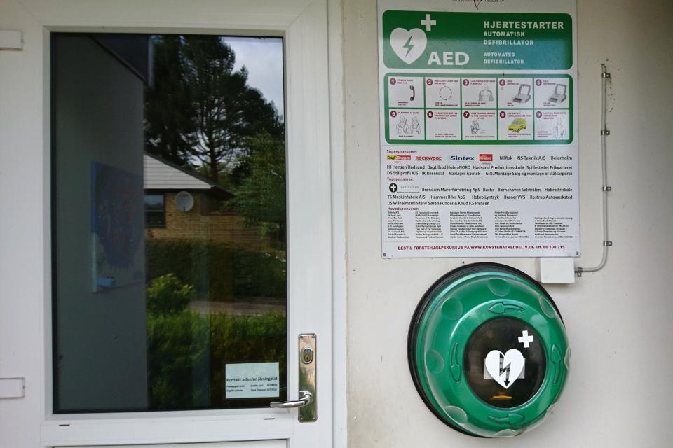 Дефибриллятор (АНД) у входа в детский сад, г. Хобро / Hobro, Дания