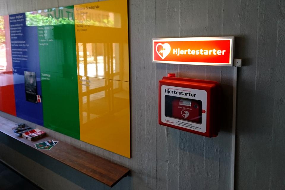 Дефибриллятор (АНД) на стене в здании музея, г. Рандерс / Randers, Дания
