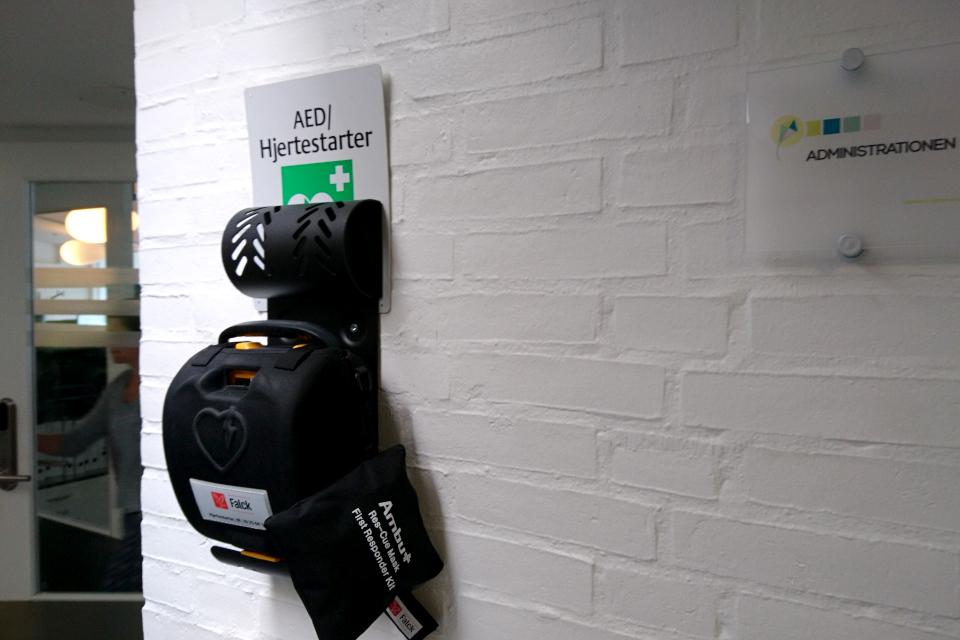 Дефибриллятор (АНД) на стене учебного заведения. Дания