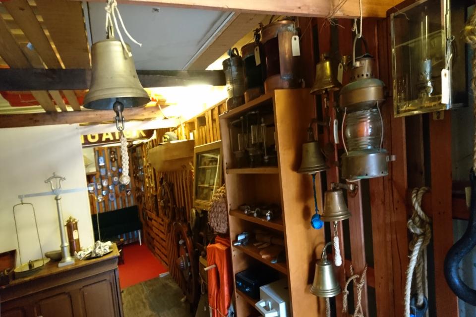 Внутри старого магазина судовых принадлежностей