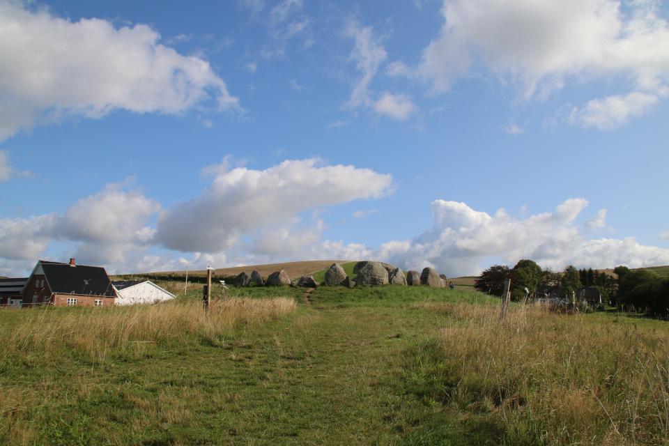Археологический комплекс Поскэр (Poskær stenhus): дольмен, окружённый кромлехом.