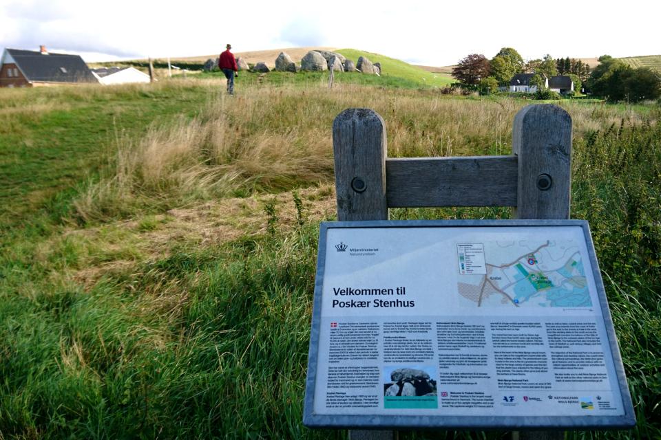 Информационный указатель возле археологического комплекса времен каменного века.