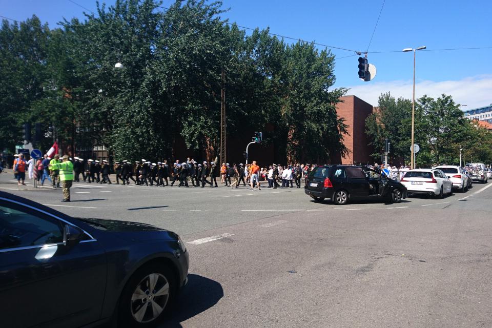 Парад участников регаты больших парусников проходит по городу Орхус, Дания