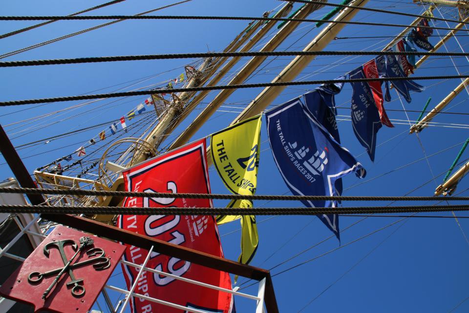 Флаги на паруснике Мир с указанием годов участия в регатах