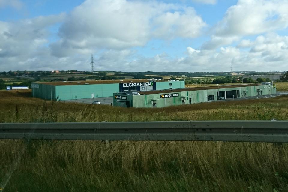 Новое здание магазина и склада электротоваров с зеленой крышей, г. Орхус, Дания