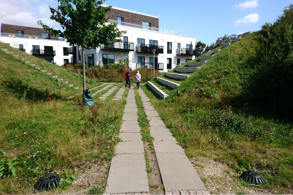 Противоливнивые холмы в новом жилищном комплексе.