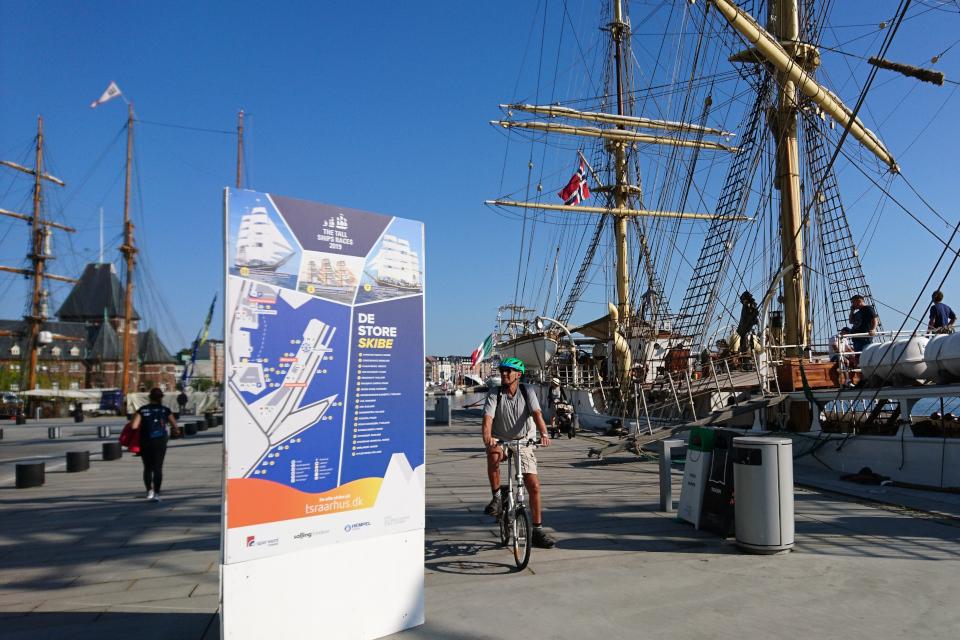 Парусник Sørlandet из Норвегии (справа) в порту г. Орхус / Aarhus, Дания. Фото 2 авг. 2019
