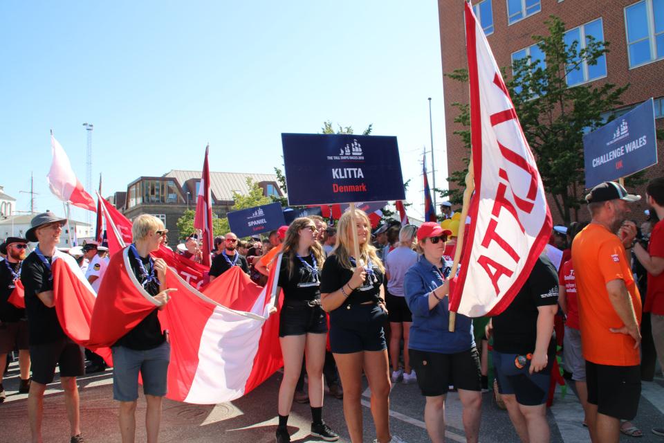 Члены команды датского парусного корабля Klitta готовятся к параду.