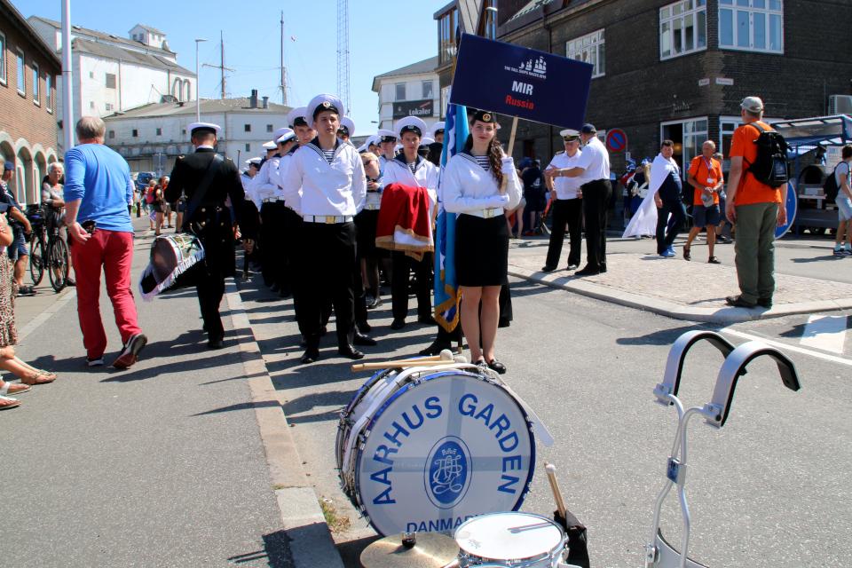 Экипаж Российского парусника Мир перед началом парада