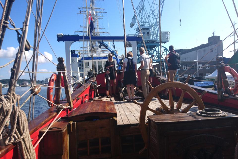 Штурвал на палубе фрегата Штандарт. Фото 2 авг. 2019, порт г. Орхус / Aarhus, Дания