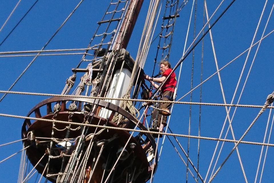 За работой на грот-мачте. Фото 2 авг. 2019, порт г. Орхус / Aarhus, Дания