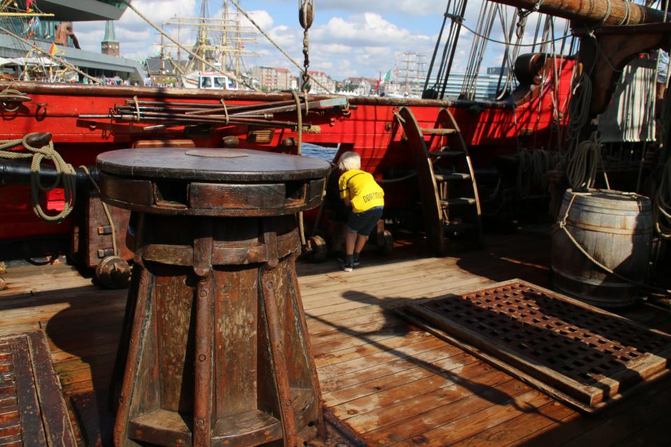 Деревянный брашпиль на палубе. Фото 2 авг. 2019, порт г. Орхус / Aarhus, Дания