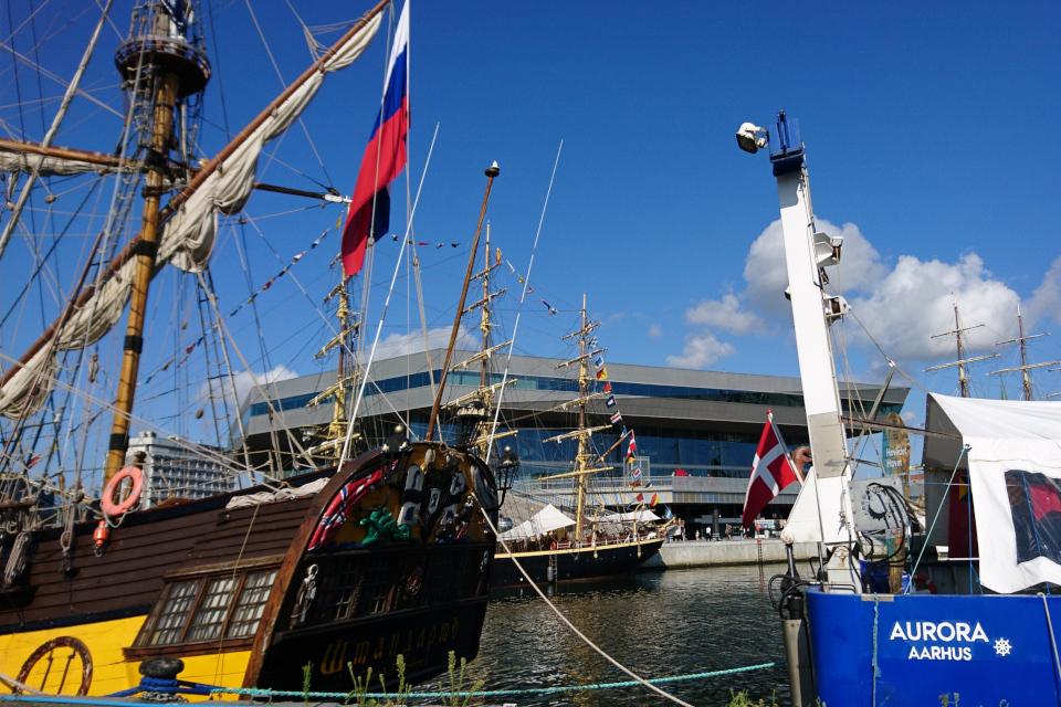 Фрегат Штандарт возле датского научно-исследовательского корабля Аврора