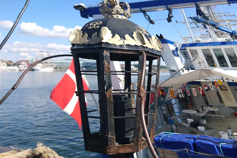 Фонарь с короной на корме фрегата. Фото 2 авг. 2019, порт г. Орхус / Aarhus, Дания