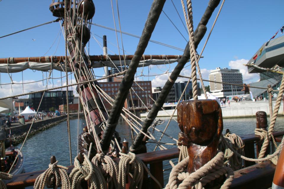 На палубе возле носа фрегата Штандарт. Фото 2 авг. 2019, порт г. Орхус / Aarhus, Дания
