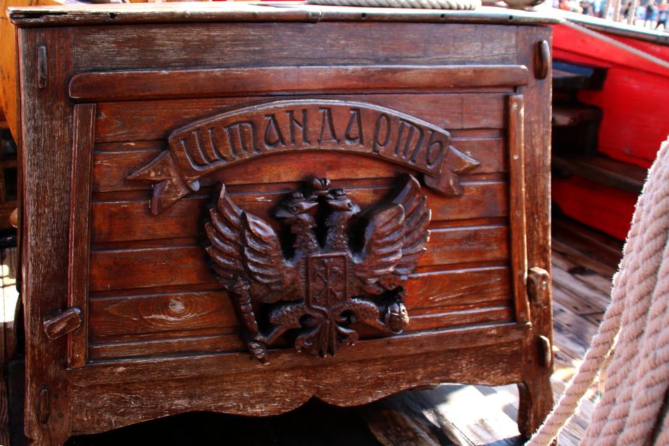 Герб российской империи - двуглавый орел на штурвале фрегата