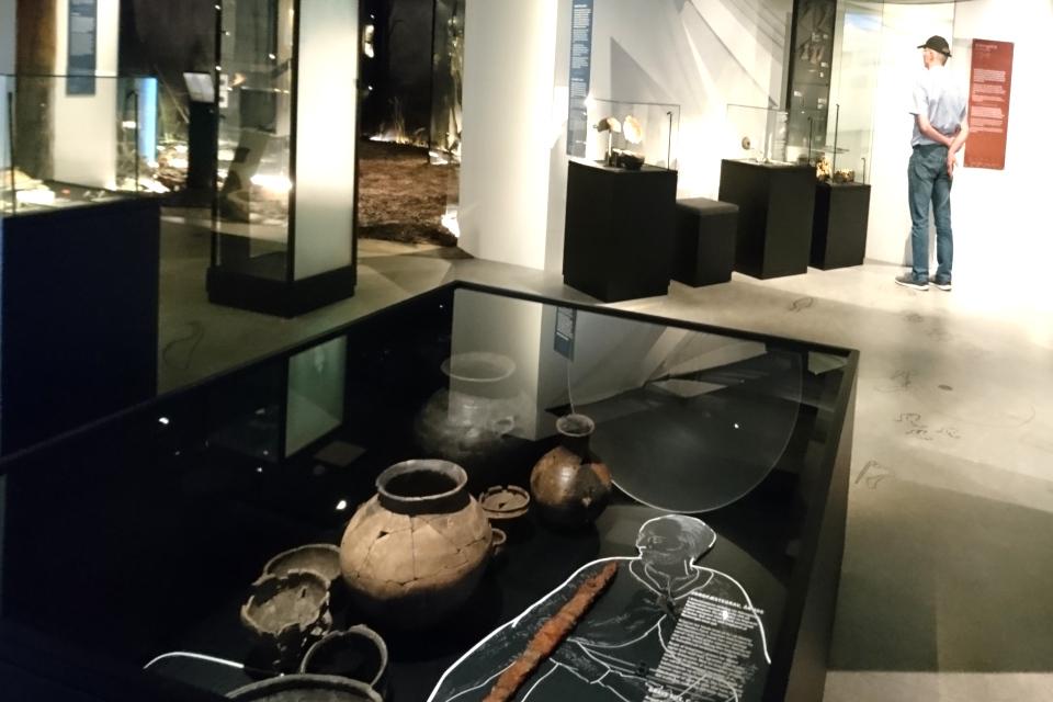 Выставка археологических экспонатов, найденных в местах неподалеку от могилы Гамлета.