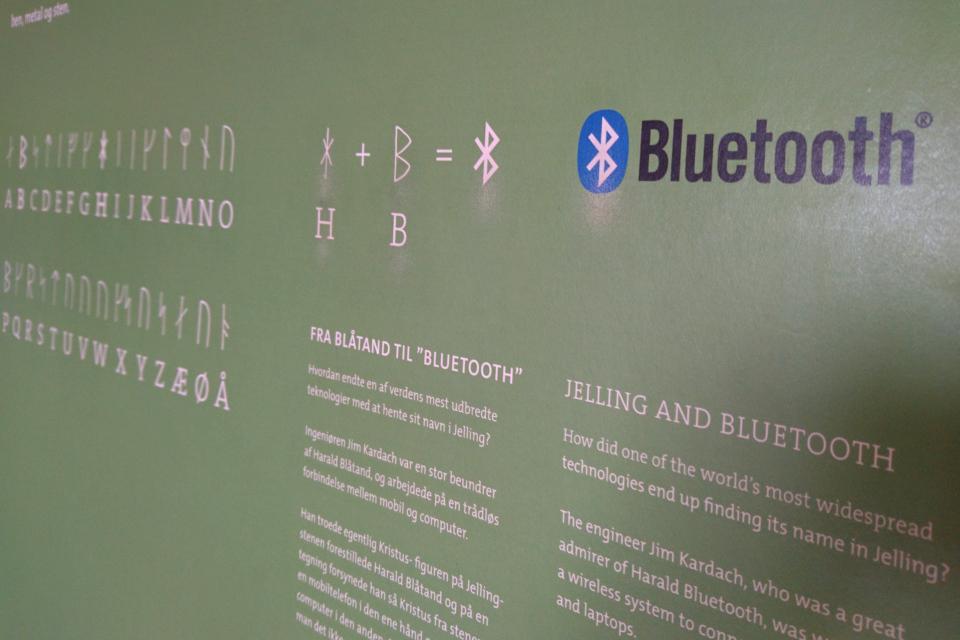 связь логотипа Блютуз (Bluetooth) с рунным камнем короля Харальда Синезубого в Еллинге